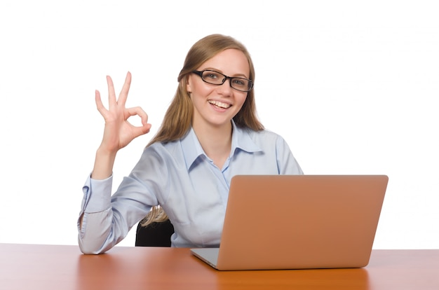 Employé de bureau assis devant un ordinateur portable isolé