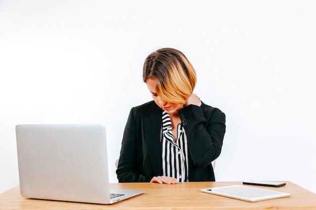 Employé de bureau ayant des douleurs au cou