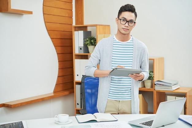 Employé de bureau contemporain avec tablette