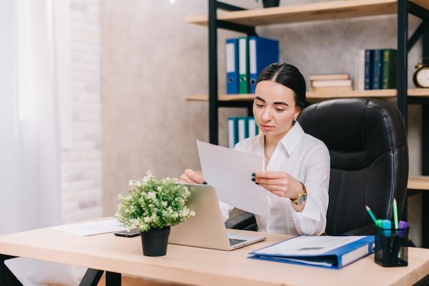 Employé de bureau féminin affichage des documents en milieu de travail