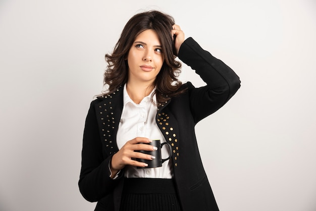 Employé de bureau femme posant avec une tasse de thé