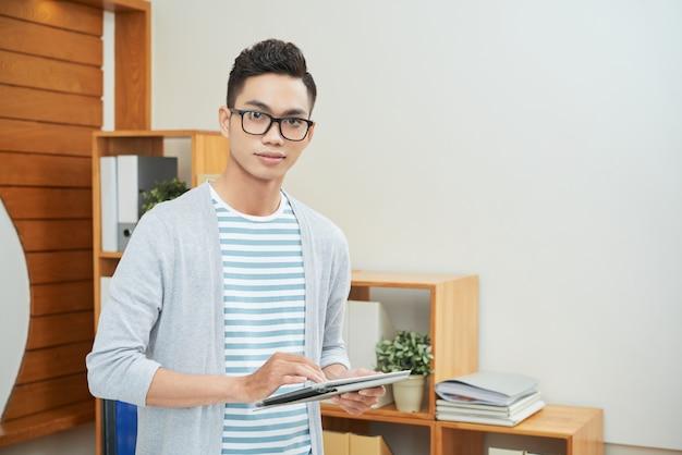 Employé de bureau occasionnel avec tablette