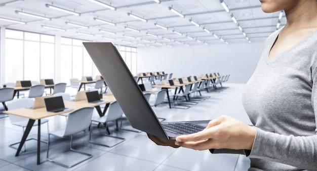 Employé de bureau avec ordinateur portable dans un espace de bureau ou un espace de travail