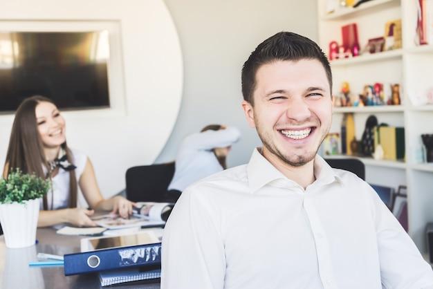 Employé de bureau riant heureux