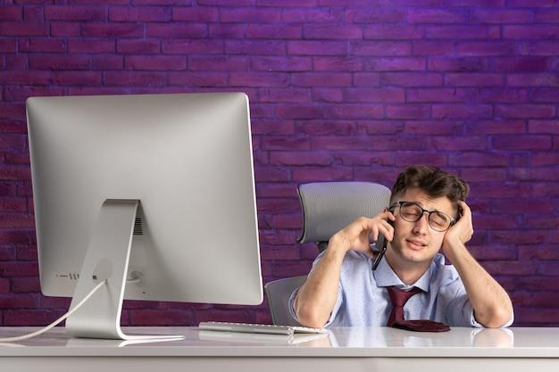 Employé de bureau vue de face derrière le bureau de parler
