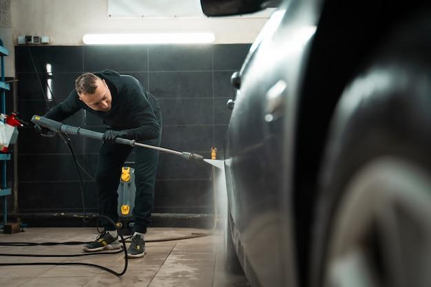 Employé de détail lave la voiture