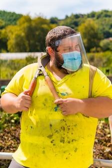 Employé du centre de nettoyage avec des ciseaux de jardinage