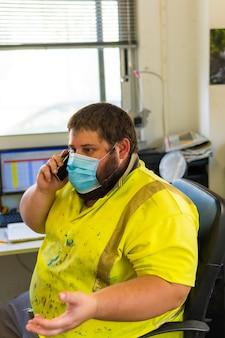 Employé du centre de nettoyage parlant au téléphone