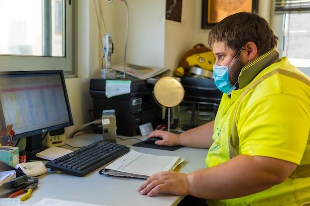 Employé du centre de nettoyage travaillant sur un ordinateur portable