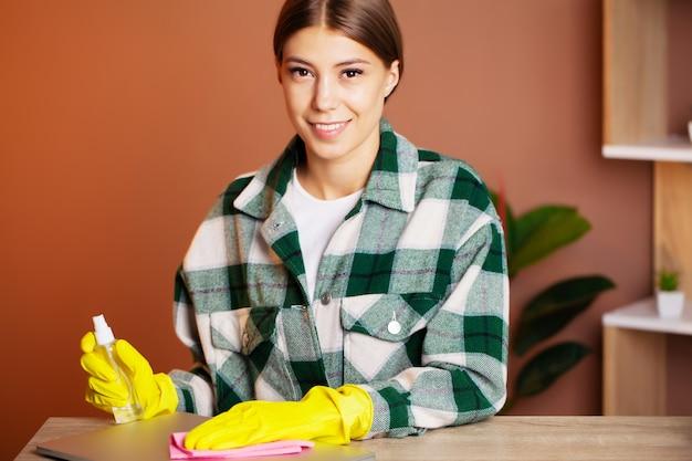 Un employé d'une entreprise de nettoyage exécute des commandes de nettoyage de bureau