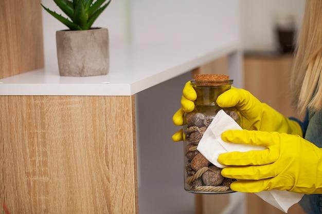 Employé d'une entreprise de nettoyage nettoie le bureau