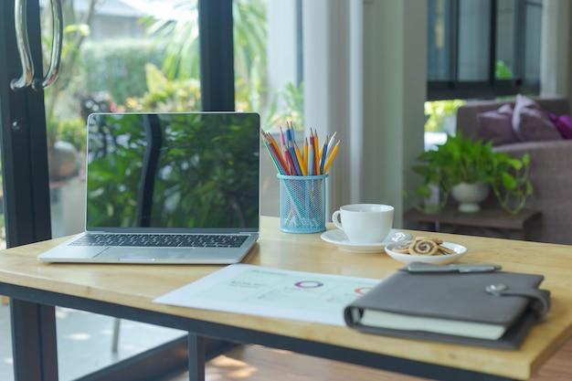 Employé de l'entreprise travail à domicile pendant ses vacances