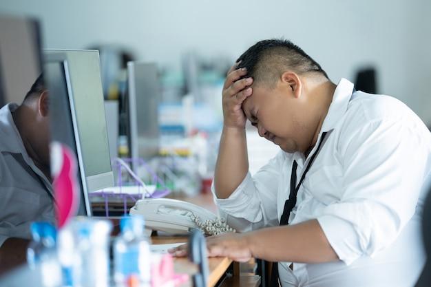 L'employé était au chômage et a été licencié. il était dans un sentiment de regret et de maux de tête.