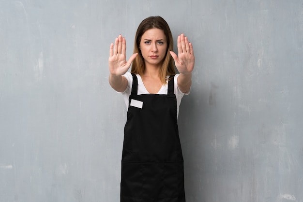 Employé femme faisant un geste d'arrêt et déçu