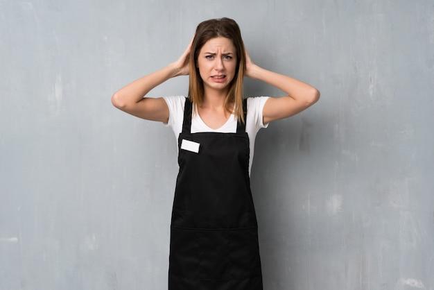 Employé femme frustrée et prend les mains sur la tête