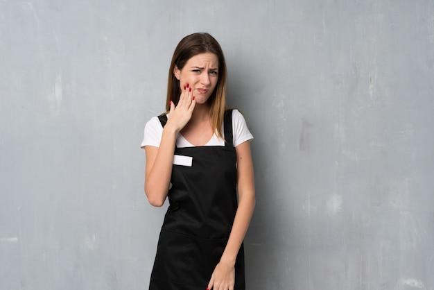 Employé femme avec mal aux dents