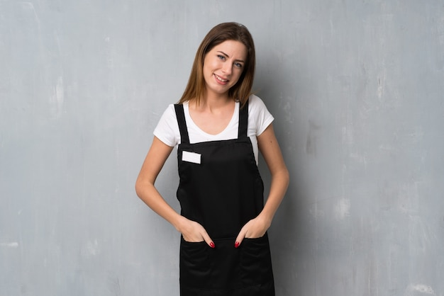 Employé femme souriant