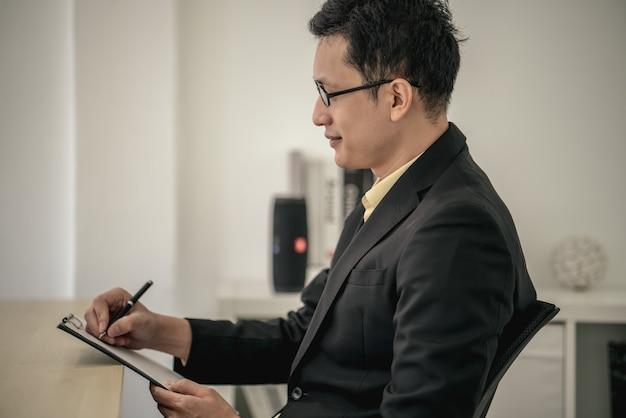 Employé et gestionnaire de l'entretien d'embauche réussi