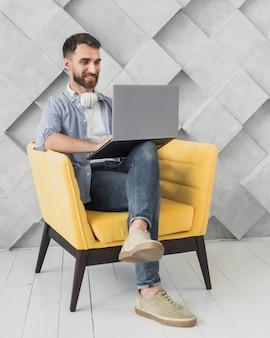 Employé grand angle en pause avec un ordinateur portable