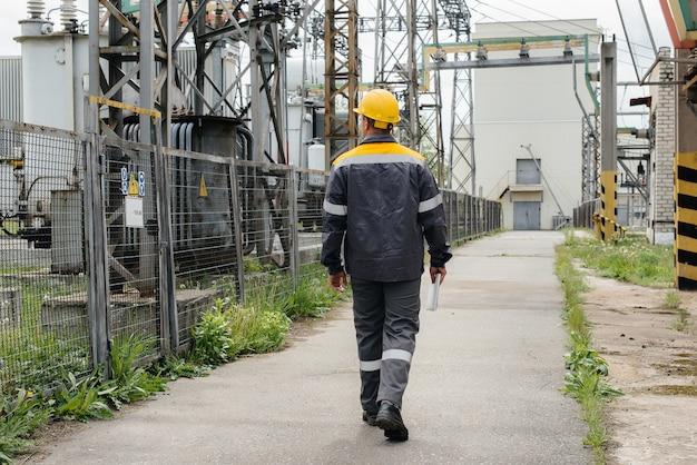 Un employé de l'ingénierie fait une visite et une inspection d'une sous-station électrique moderne. énergie. industrie.