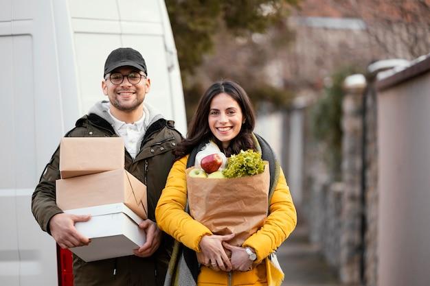 Employé de livraison avec paquet de nourriture