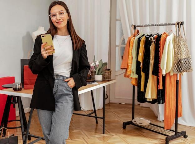 Employé de magasin de vêtements travaillant