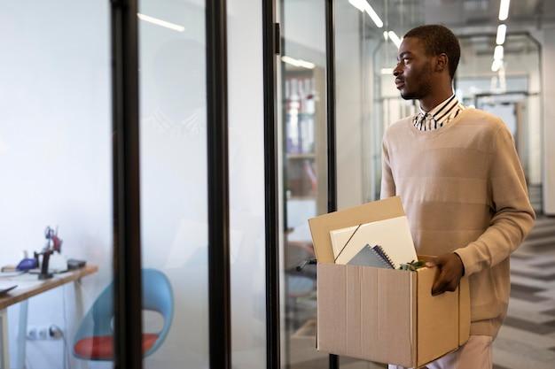 Employé masculin à son nouveau travail de bureau