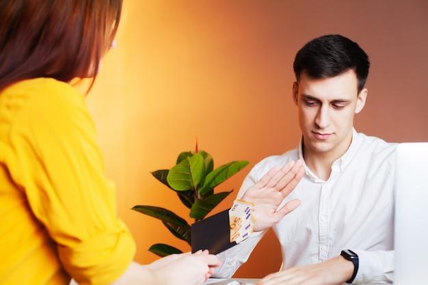 Un employé reçoit un pot-de-vin pour la signature d'un contrat