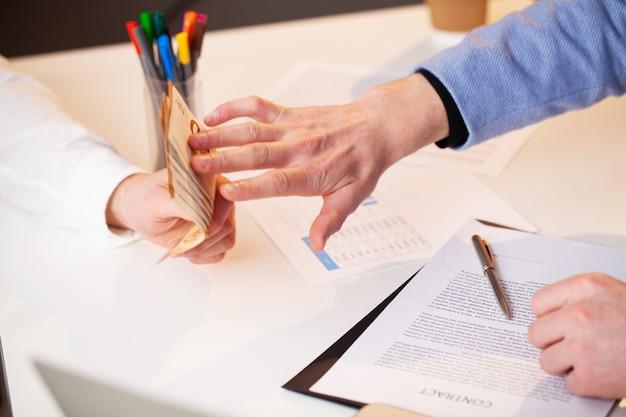 L'employé reçoit un pot-de-vin pour une signature favorable du contrat