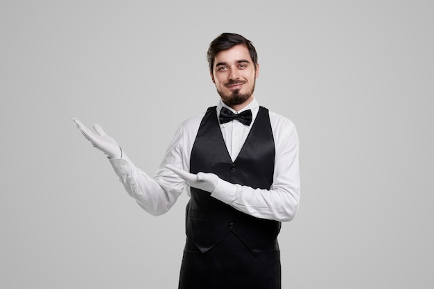 Employé de restaurant souriant accueillant les invités