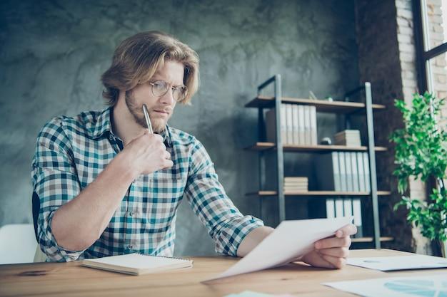 Employé sérieux travaillant au bureau avec ordinateur portable
