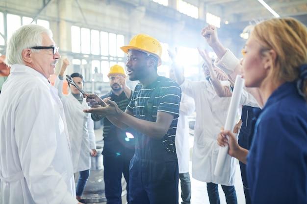 Employé d'usine en colère attaquant le patron