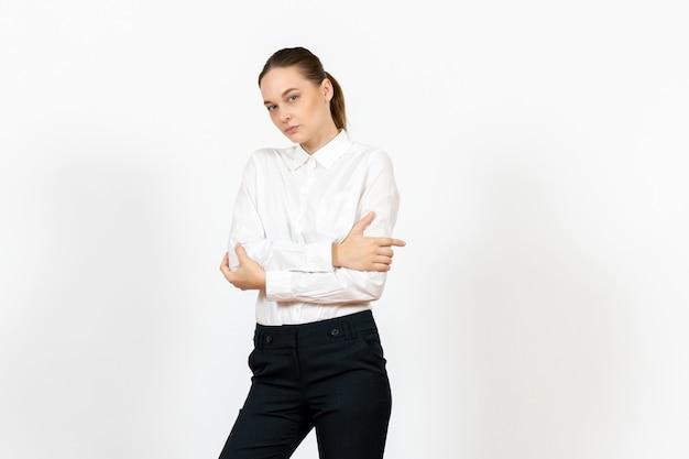 Employée de bureau en élégant chemisier blanc sur blanc clair
