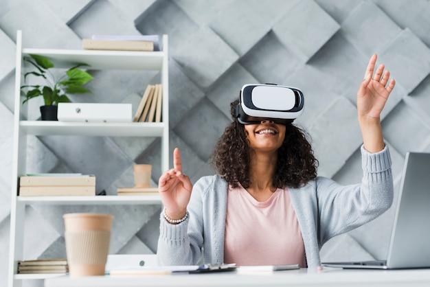 Une employée ethnique qui teste des lunettes de réalité virtuelle