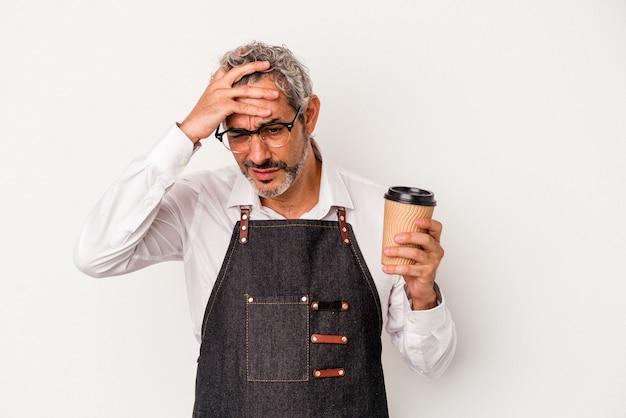 Employée de magasin d'âge moyen tenant un café à emporter isolé sur fond blanc étant choquée, elle s'est souvenue d'une réunion importante.