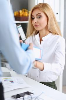Employée, montrer, paquet documents