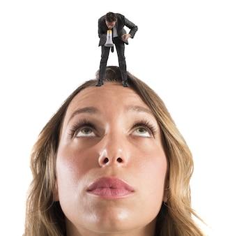 Employée réprimandée par son patron avec un mégaphone