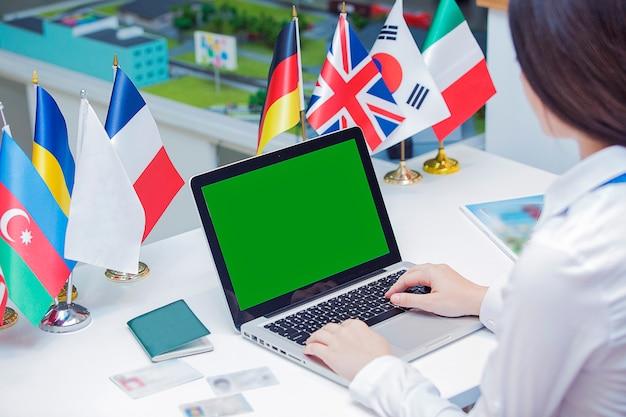 Employée travaillant avec un ordinateur portable au bureau.
