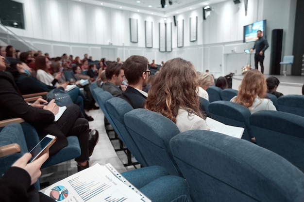 Employés assis dans la salle de conférence lors de la présentation d'un nouveau projet