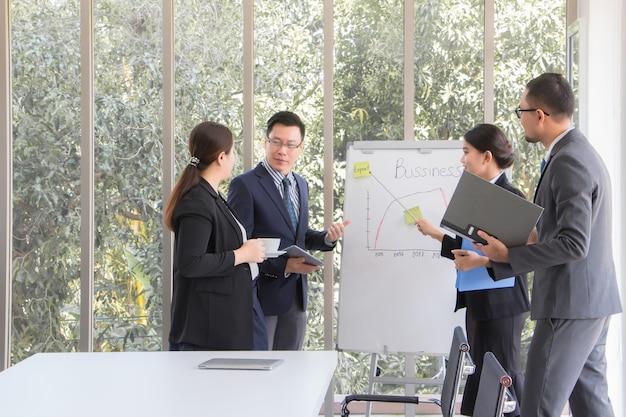 Employés de bureau ayant une réunion pour discuter