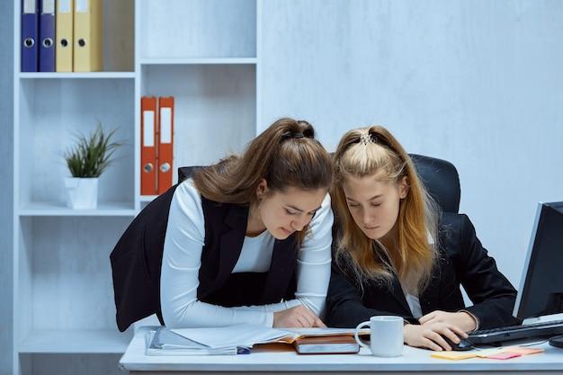 Les employés de bureau font le travail ensemble