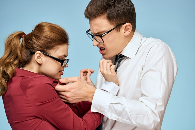 Employés de bureau de jeune homme et femme communiquent