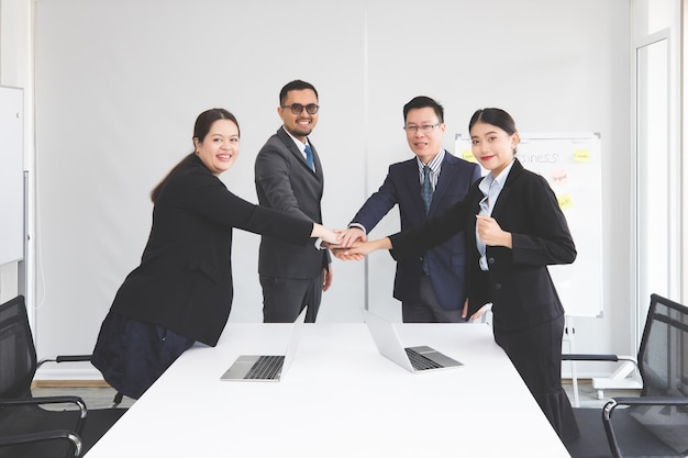 Employés de bureau masculins et féminins façonnant les mains