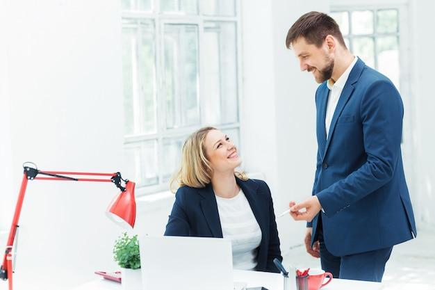 Employés de bureau masculins et féminins.