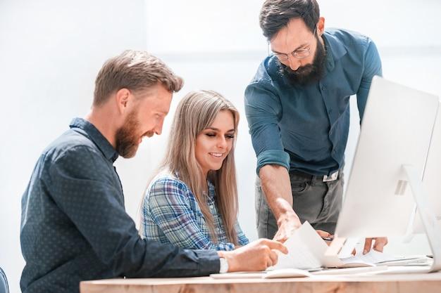 Employés discutant de documents commerciaux sur le lieu de travail. le concept de travail d'équipe