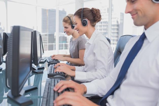 Les employés du centre d'appels au travail