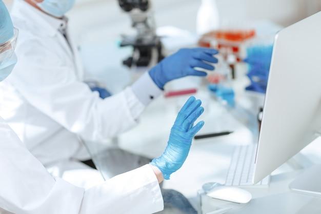 Les employés du laboratoire scientifique testant le sang dans le laboratoire
