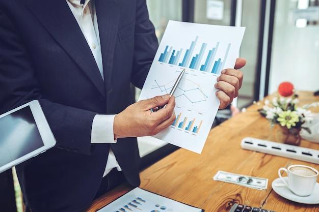 Employés de l'entreprise à l'aide de tablette avec graphique de l'entreprise.