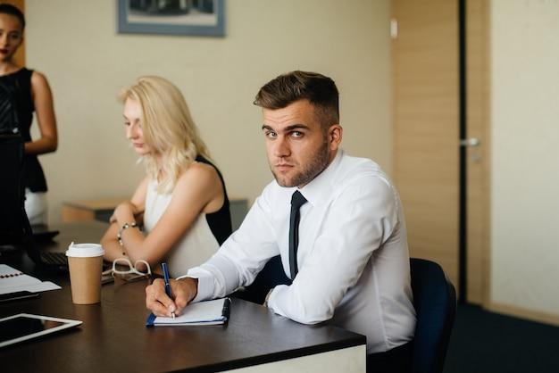 Les employés de l'entreprise discutent de l'accord. réunion, idée