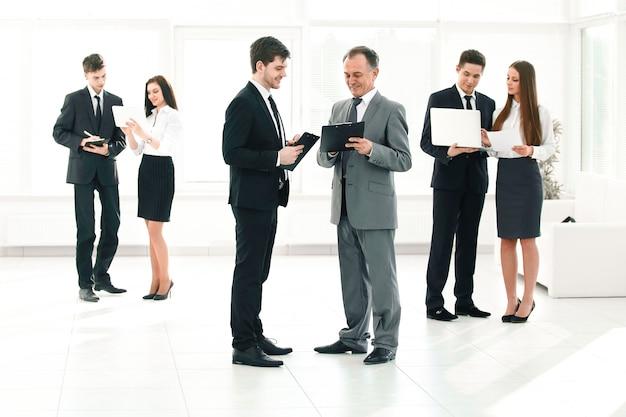 Les employés de l'entreprise se préparent à commencer une réunion d'affaires.